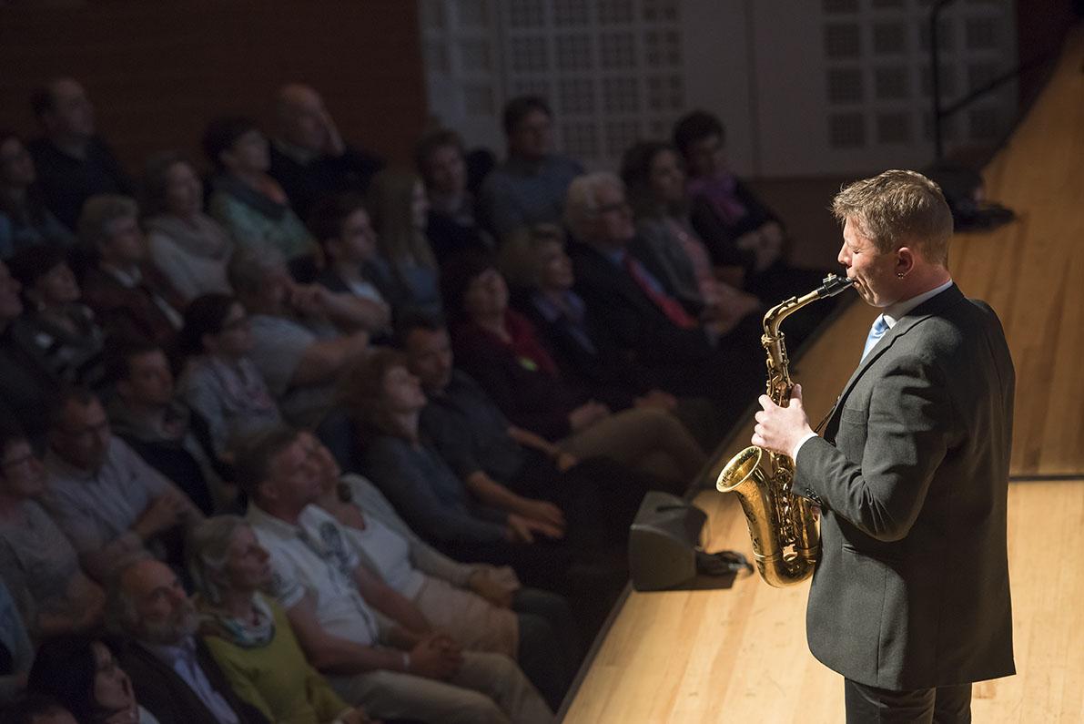 LCB Galanight 2016, Lucerne Concert Band unter der Leitung von Gian Walker mit Alex Porter als Gast. Luzern, den 23.04.2016 Foto: Priska Ketterer Luzern