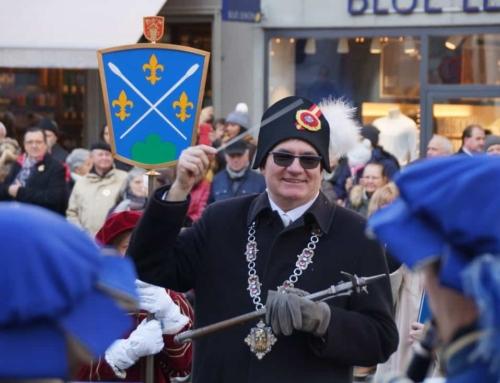 Hier dirigiert der Fritschivater die Lucerne Marching Band – Fritschivater-Abholung 2019
